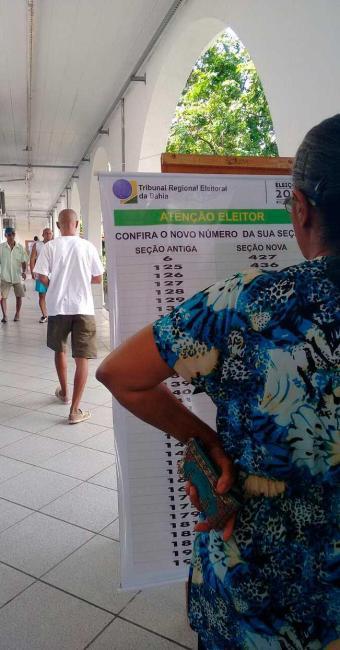 Eleitora de 80 anos não deixou de cumprir seu dever cívico - Foto: Aline Valadares | Ag. A TARDE