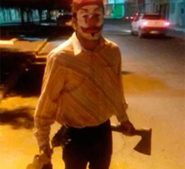 Jovem estava correndo atrás de pedestres com um machado na mão - Foto: Divulgação | Polícia Civil