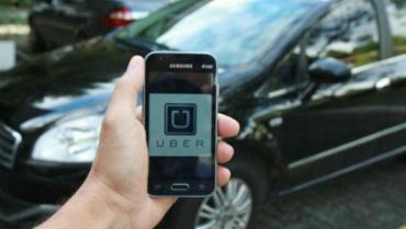 No aplicativo, a categoria UberX, que não exige carros pretos, inclui modelos hatches - Foto: Joá Souza / Ag. A TARDE