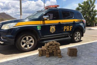 Com a jovem foram encontrados 10,25kg de crack e 32,5 kg de maconha - Foto: PRF | Divulgação