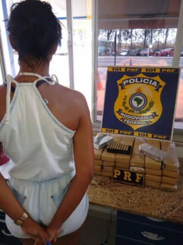 Mulher foi detida com 25kg de maconha escondidos em malas - Foto: PRF | Divulgação