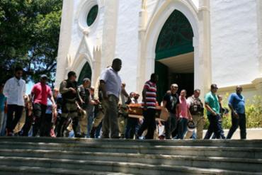 O sepultamento aconteceu nesta quinta-feira, 20, por volta das 11h30 - Foto: Edilson Lima   Ag. A TARDE