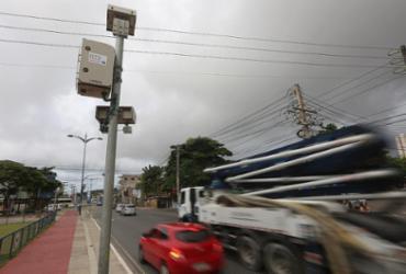 Fotossensores flagram veículos pesados em via restrita fora de hora
