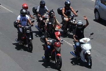Condutores de cinquentinhas protestam em frente ao Detran