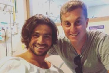 Luciano Huck visita Mariano no hospital após acidente no 'Saltibum'
