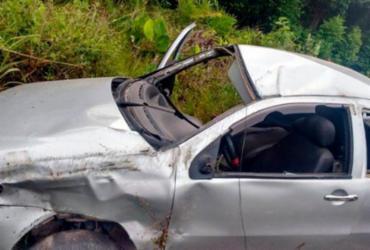 Motorista morre e duas pessoas ficam feridas após capotamento