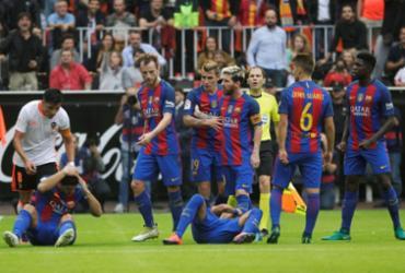 Valencia é multado em R$ 5 mil por garrafa arremessada em jogadores do Barcelona