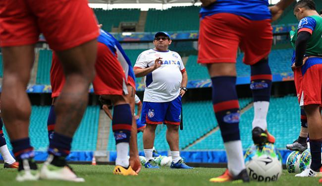 Guto Ferreira conversa com seus atletas antes de treino na Fonte Nova - Foto: Felipe Oliveira l EC Bahia