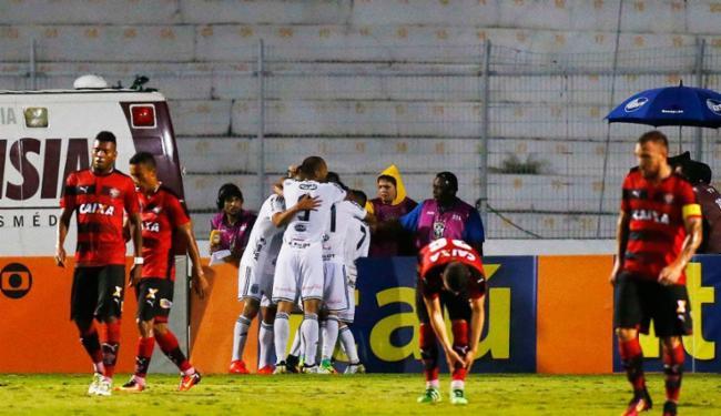 Jogadores da Ponte comemoram gol enquanto os do Vitória lamentam - Foto: Marcos Bezerra   Futura Press