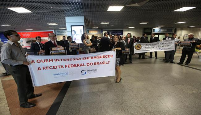 Auditores durante o protesto de ontem no aeroporto - Foto: Adilton Venegeroles l Ag. A TARDE