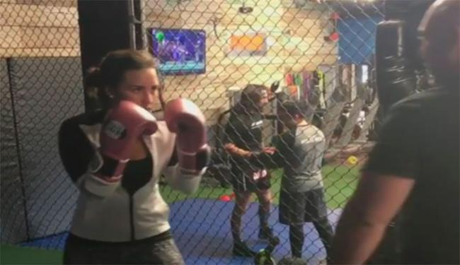 Treinador de Demi garante que ela dá cotoveladas melhor do que muito marmanjo do UFC - Foto: Reprodução | Instagram