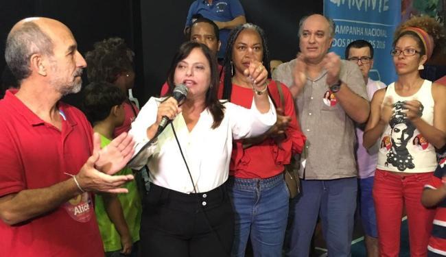 Alice Portugal, ao lado de aliados, fala sobre resultado da eleição - Foto: Mila Cordeiro | Ag. A TARDE