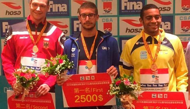 O maratonista baiano (de amarelo) ganhou o bronze na China neste domingo - Foto: Divulgação | CBDA