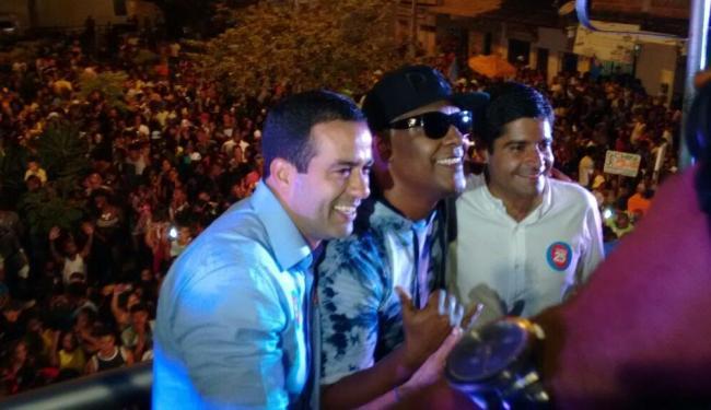 Ao lado do vice Bruno Reis e do cantor Márcio Victor, Neto comemora reeleição - Foto: Paula Pitta | Ag. A TARDE
