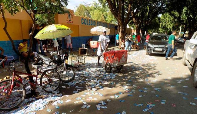 Santinhos espalhados em frente do Colégio estadual Antônio Geraldo - Foto: Miriam Hermes | Ag. A TARDE