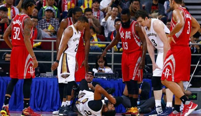 O jovem ala-pivô se machucou durante o jogo contra o Houston Rockets - Foto: Thomas Peter | Reuters