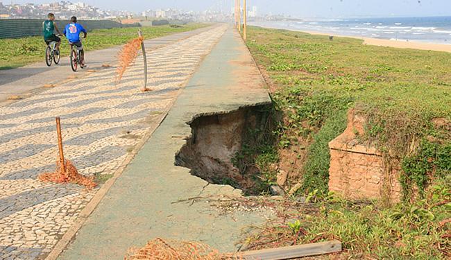 Trecho danificado de pista para circulação de bicicletas fica atrás do Aeroclube - Foto: Margarida Neide l Ag. A TARDE