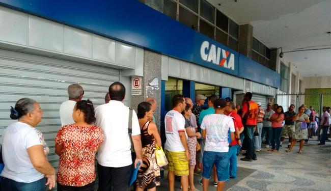 Movimento já era intenso antes mesmo da reabertura da agência no Centro de Salvador - Foto: Edilson Lima | Ag. A TARDE