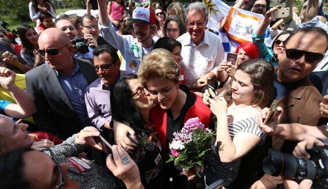 Dilma foi bem recebida por alguns eleitores que estiveram no local de votação - Foto: Bruno Alencar | Agência RBS | Estadão Conteúdo