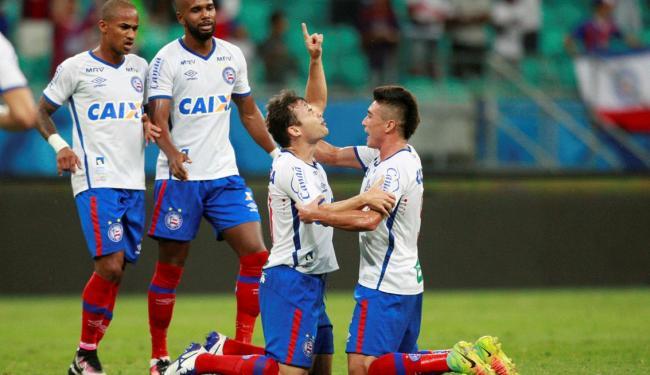 Cajá aponta para o céu ao festejar primeiro gol - Foto: Lúcio Távora | Ag. A TARDE