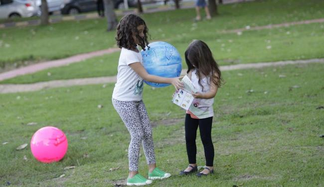 Crianças brincam na Praça Ana Lúcia Magalhães, na Pituba - Foto: Margarida Neide   Ag. A TARDE