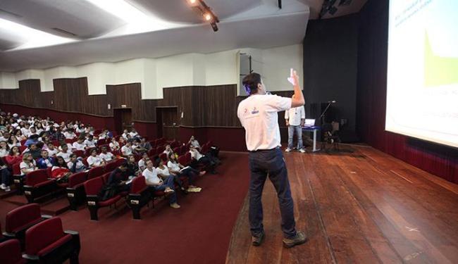 Professores tiraram dúvidas dos alunos - Foto: Adilton Venegeroles | Ag. A TARDE