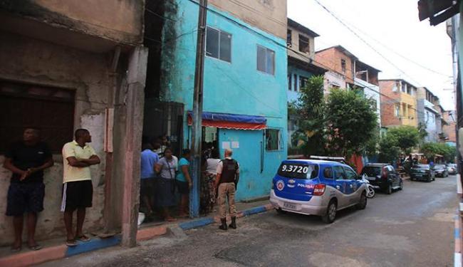 Seis homens armados invadiram a casa verde de andar e cometeram o crime - Foto: Joá Souza | Ag. A TARDE