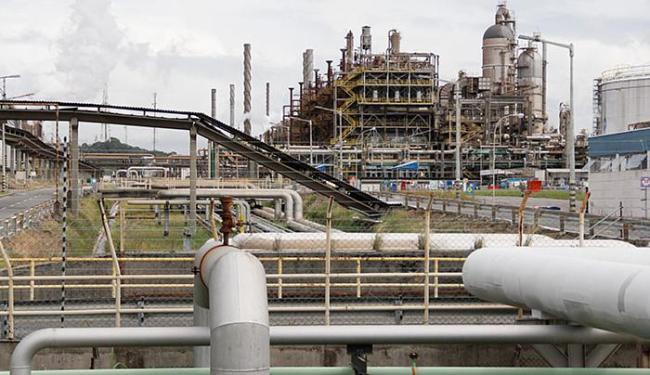 A produção da indústria baiana amarga uma queda de 4,3% no acumulado do ano - Foto: Joá Souza l Ag. A TARDE l 17.7.2014