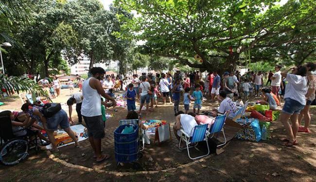 Famílias lotaram a Praça Flora, na Pituba, para trocar objetos e participar de atividades gratuitas - Foto: Adilton Venegeroles| Ag. A TARDE