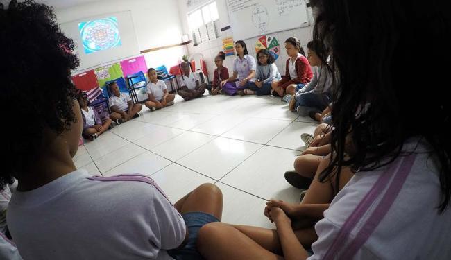 Garotada da Escola Ananda, no bairro de Itapuã, concentrada durante meditação - Foto: Mila Cordeiro | Ag. A TARDE | 28.8.2016