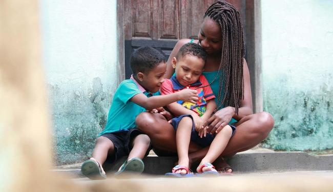 Milene Reis, 22 anos, registrou Enzo, 5, e Luidhi, 3, sem o pai - Foto: Adilton Venegeroles | Ag. A TARDE