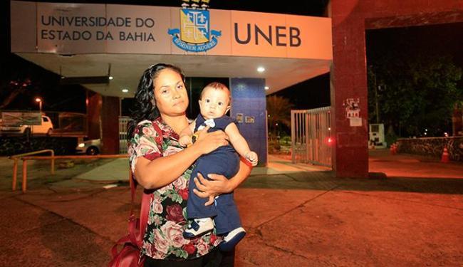 Estudante de nutrição Shirlei Santos, concilia aulas noturnas e amamentação com ajuda dos familiares - Foto: Mila Cordeiro | Ag. A TARDE