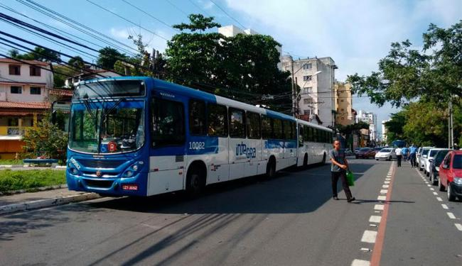 Sem entrar no bairro, ônibus param em fim de linha improvisado - Foto: Edilson Lima   Ag. A TARDE