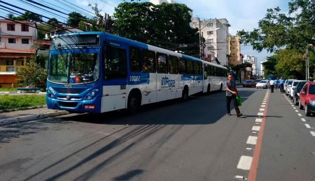 Rodoviários estavam parando em final de linha improvisado na rua do Canal - Foto: Edilson Lima | Ag. A TARDE