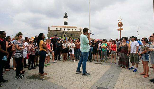Dezenas de pessoas participaram da aula ao ar livre iniciada no Farol da Barra - Foto: Edilson Lima l Ag. A TARDE