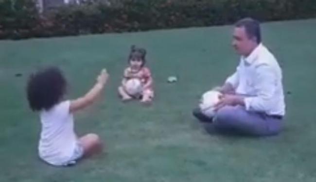 Governador se divertiu com as filhas no jardim do Palácio de Ondina - Foto: Reprodução | Facebook