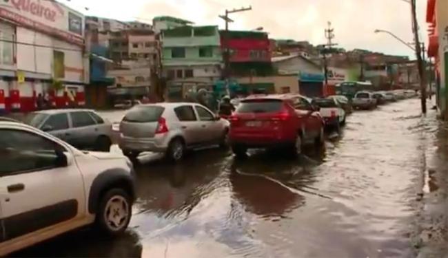 Via alagou após chuva que atingiu a cidade durante a madrugada - Foto: Reprodução | TV Bahia