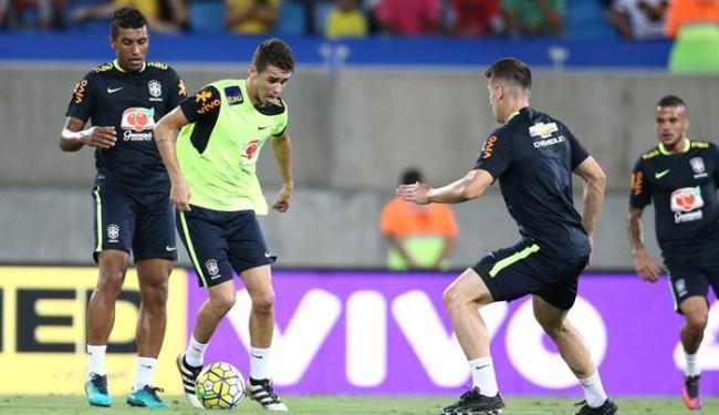 Oscar e Paulinho durante treino da Seleção na segunda-feira, 3 - Foto: Lucas FIgueiredo | CBF