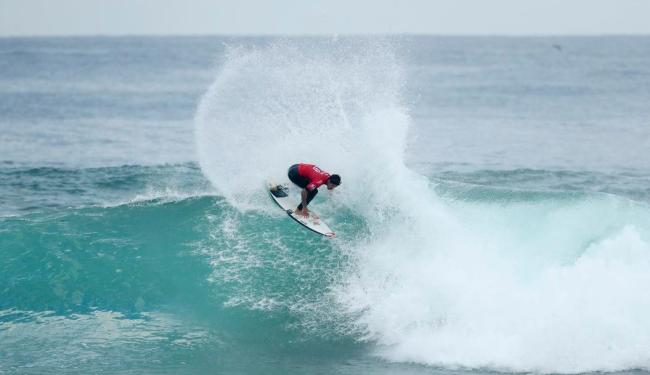 Medina venceu a bateria e se classificou neste sábado, 8 - Foto: Reprodução | Twitter | World Surf League
