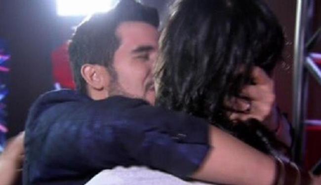 Cantor cubano Alexey Martinez, que mora em Salvador, beija marido durante o programa - Foto: Reprodução | TV Globo