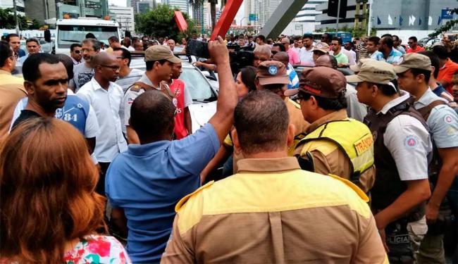 Motoristas estão reunidos na avenida Magalhães Neto e pedem mais segurança - Foto: Edilson Lima   Ag. A TARDE