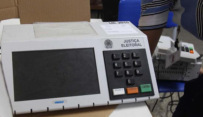 101 urnas eletrônicas apresentaram problemas até as 16h - Foto: Lúcio Távora   Ag. A TARDE   26.10.2014