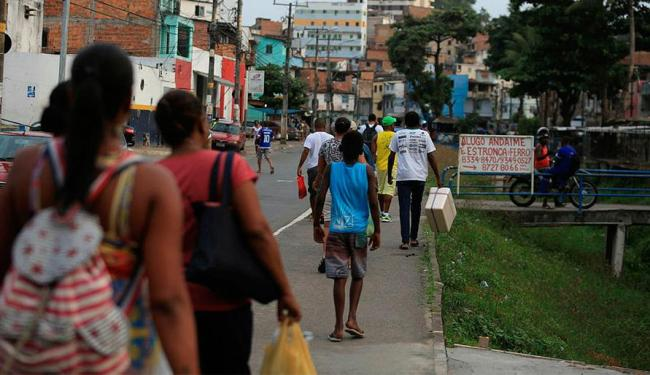 Sem ônibus no bairro, moradores percorrem cerca de 1 km para ponto improvisado - Foto: Edilson Lima | Ag. A TARDE