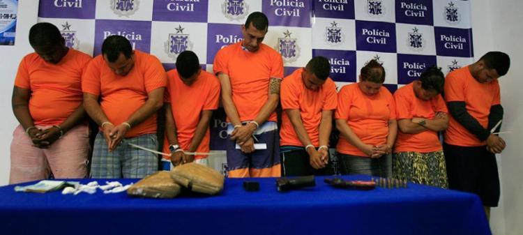 Joãozinho e Emanoela são os dois primeiros do lado direito. Eles são suspeitos de liderar o bando - Foto: Agência A TARDE