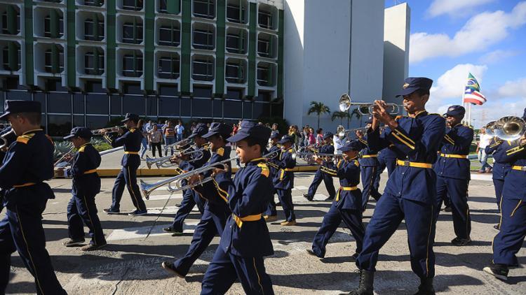 Fanfarras de escolas estaduais desfilaram por ruas e avenidas do CAB na tarde desta sexta-feira, 14 - Foto: Joá Souza l Ag. A TARDE