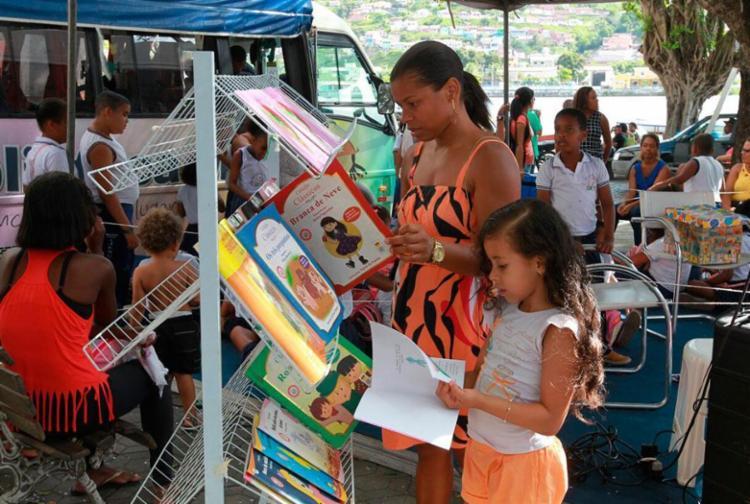 Crianças e adultos aproveitaram a biblioteca móvel para ler e se divertir - Foto: Camila Souza | GOVBA