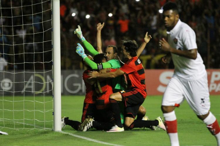 Magrão pegou um dos pênaltis desperdiçados pelo Vitória - Foto: Aldo Carneiro / Parceiro / Ag. O Globo