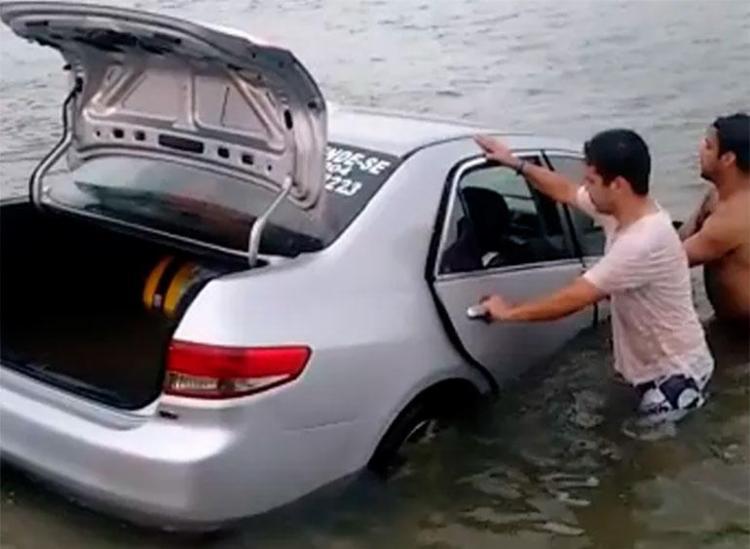 Carros ficaram submersos após