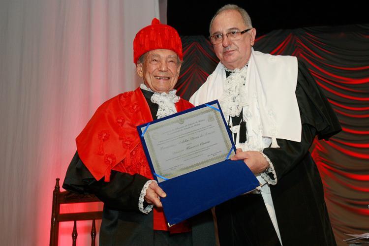 Reitor da Uneb entrega título de Doutor Honoris Causa ao vereador Waldir Pires - Foto: Margarida Neide l Ag. A TARDE