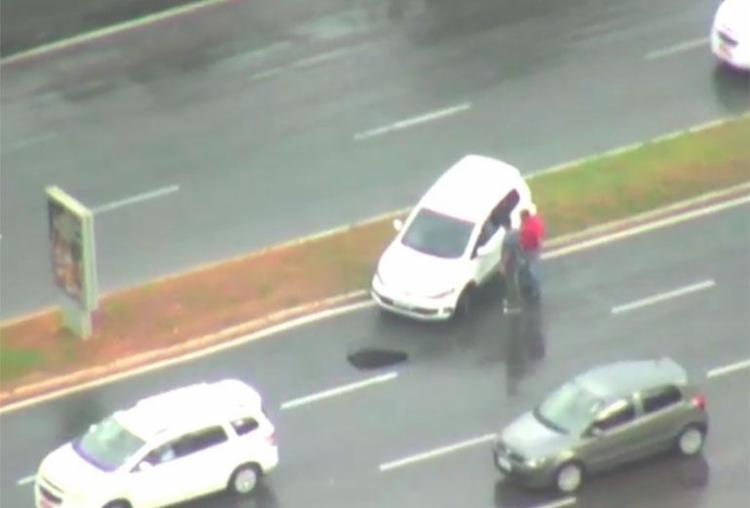Carro subiu no canteiro central após motorista tentar desviar de buraco - Foto: Reprodução   TV Bahia